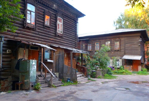 Когда то эти дома строились для одной семьи,  но Советская власть превратила их в коммуналки