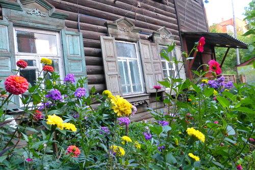 Цветы у дома, свой палисадник в старом Томске