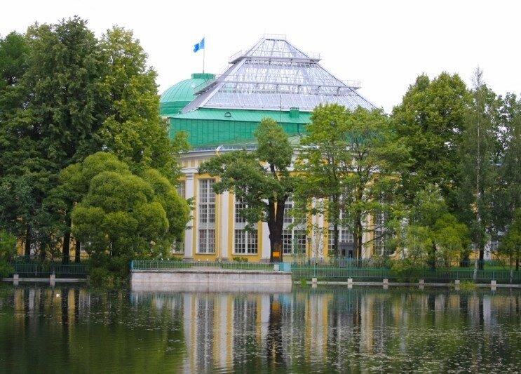 Вид на дворец Потемкина  со стороны таврического сада