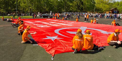 Держим знамя Победы. Чтобы не улетело ! (Кузьминки, 9 мая)
