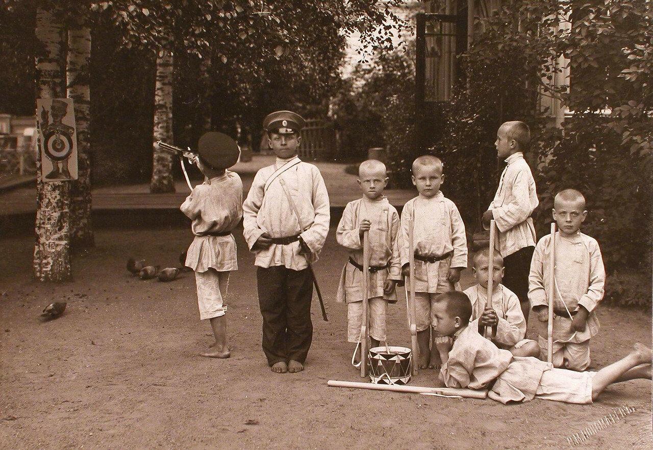 21. Группа мальчиков во время игры у здания приюта