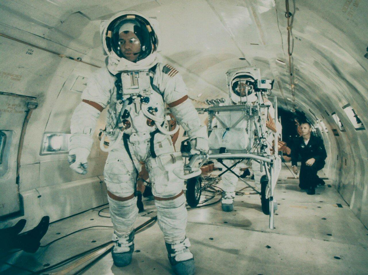 Алан Шепард был наиболее возрастным человеком на то время, выполнявшим космический полёт (47 лет).  Шепард налетал только 15 минут в суборбитальном полёте по программе «Меркурий».На снимке: Алан Шепард тренируется работать в условиях лунной гравитации