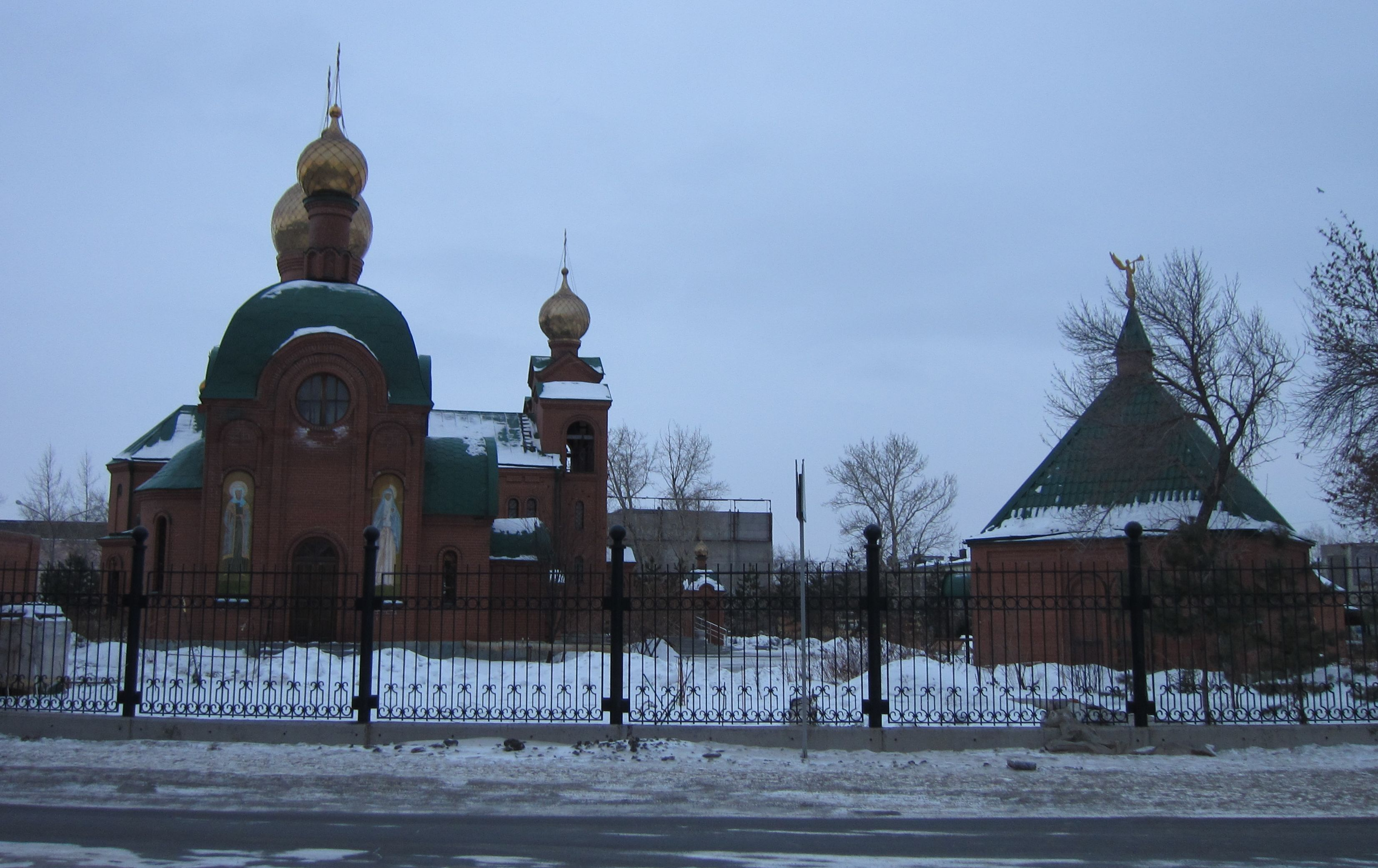 Вид на храм со стороны улицы Марченко (26.05.2015)