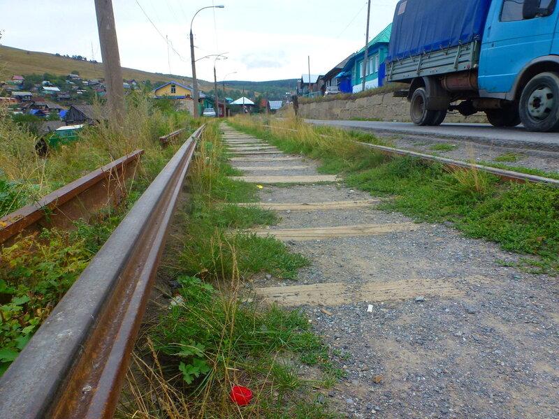 город Усть-Катав: трамвайные пути в поселке