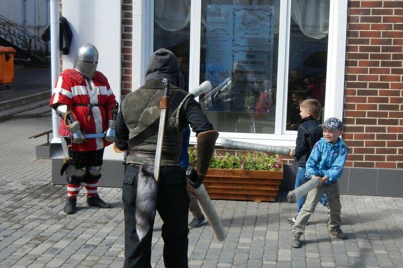 Бои на палках с реконструкторами - «Вятский Арбат» в день города-2015 на пешеходной улице Спасской