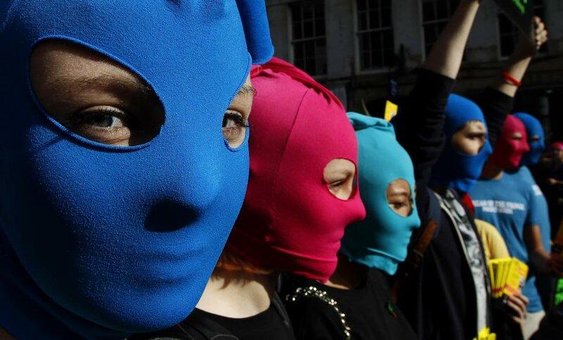 Флэш-моб демонстрация в поддержку русской панк-группы 'Pussy Riot' в Королевской Миле в Эдинбурге, Шотландия, 14 августа 2012 года.