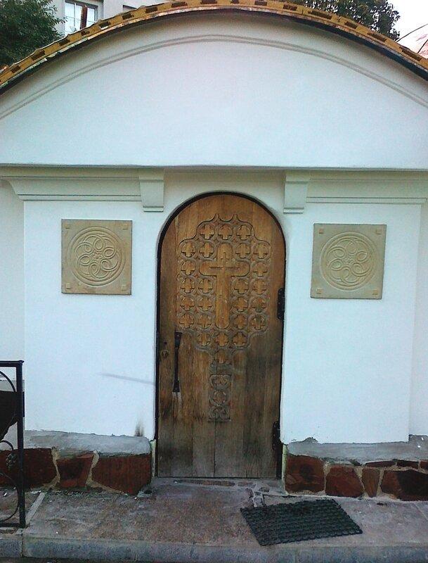 Боковая дверь Десятинного монастыря