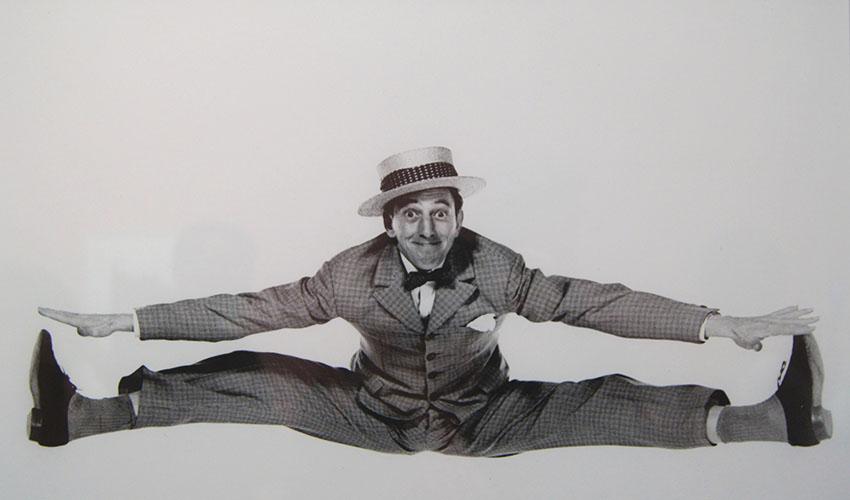 Американский танцовщик и актер Рэй Болджер, 1957
