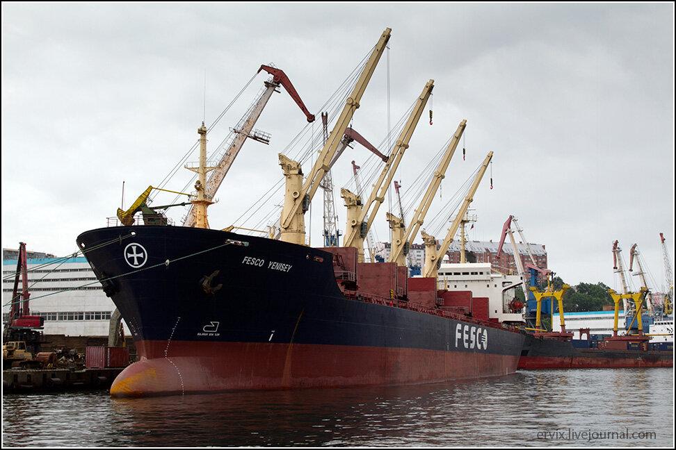 Тут практически круглосуточно разгружают и нагружают корабли