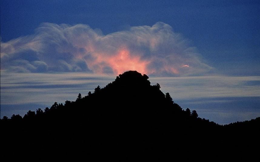 Молния освещает облака над пиком