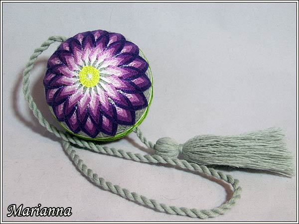 Поздняя хризантема - цветок с ассиметричными лепестками