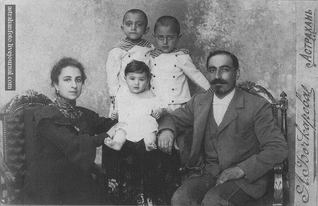 А.П. Бочкарева. Портрет семьи Меликовых. 1903