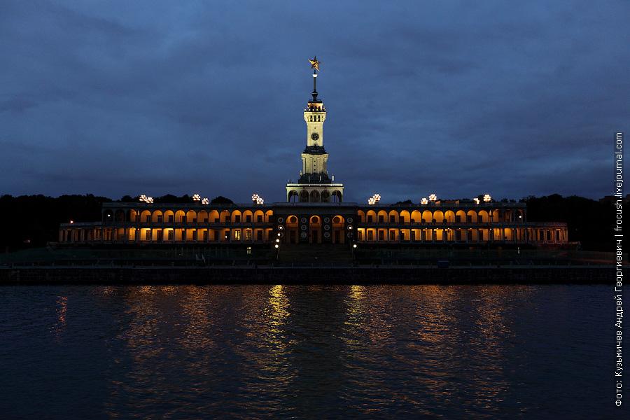 вечернее фото здания Северного речного вокзала Москвы