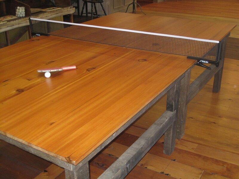 """Компания по производству полов """"Аутентичные полы из сосны"""" http://authenticpinefloors.com/ сделала себе новый стол для презентаций. Но сделала его в размере стола для настольного тенниса с тем, чтобы клиенты компании могли поиграть в пинг-понг при просмот"""