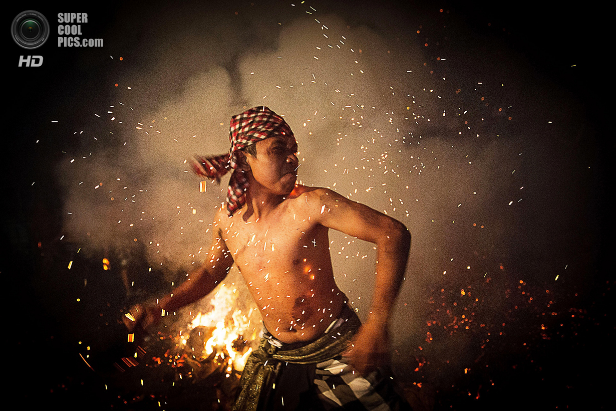 Индонезия. Гианьяр, Бали. 30 марта. Месабатан-Апи — ритуальное очищение огнём накануне праздника