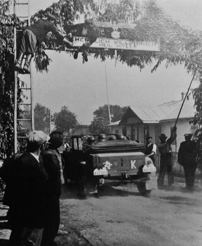 Встреча немецких солдат украинскими националистами. Фотография. Автор Киппер (Kipper). 1941 г.jpg