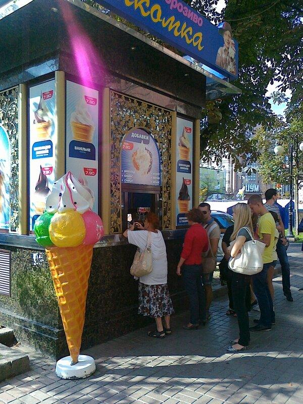 Очередь за мороженым на Крещатике