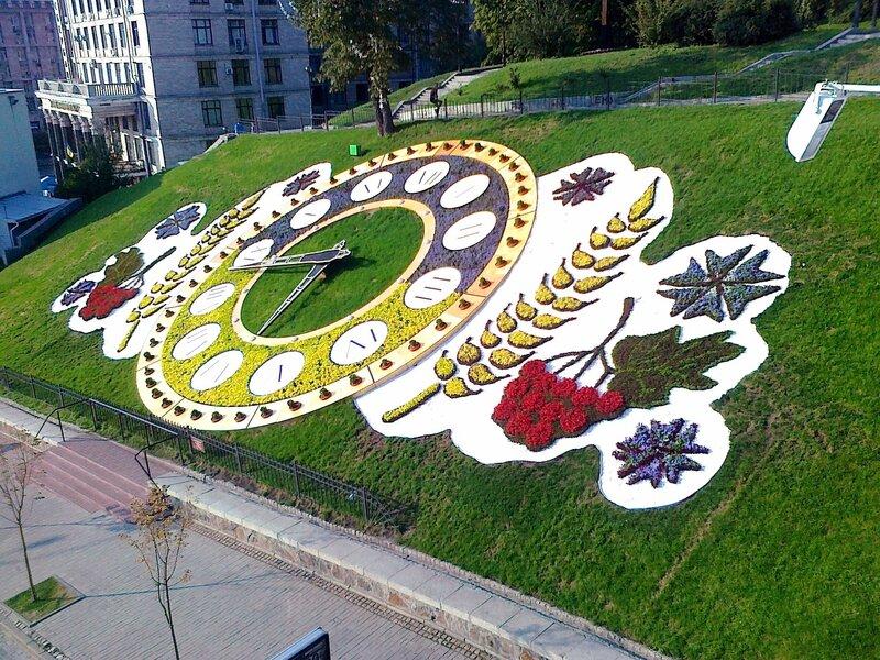 Вид с мостика на цветочные часы