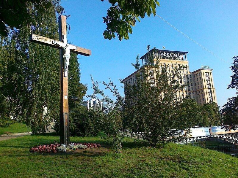 Поклонный крест на Институтской