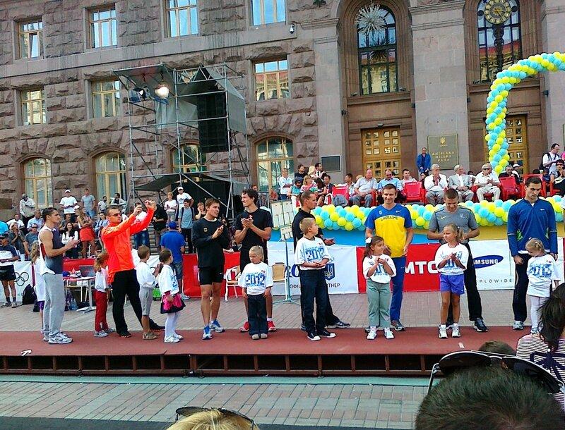Участники соревнований по прыжкам с шестом на Крещатике