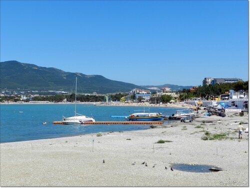 Галечный пляж.