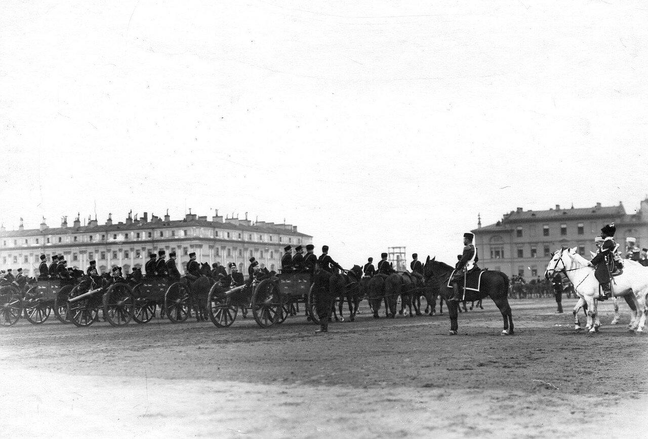 31. Император Николай II и сопровождающие его лица принимают парад 2-ой батареи Константиновского артиллерийского училищана Марсовом поле