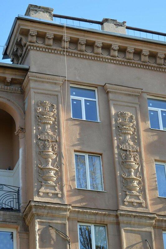 Лепнина на стене здания