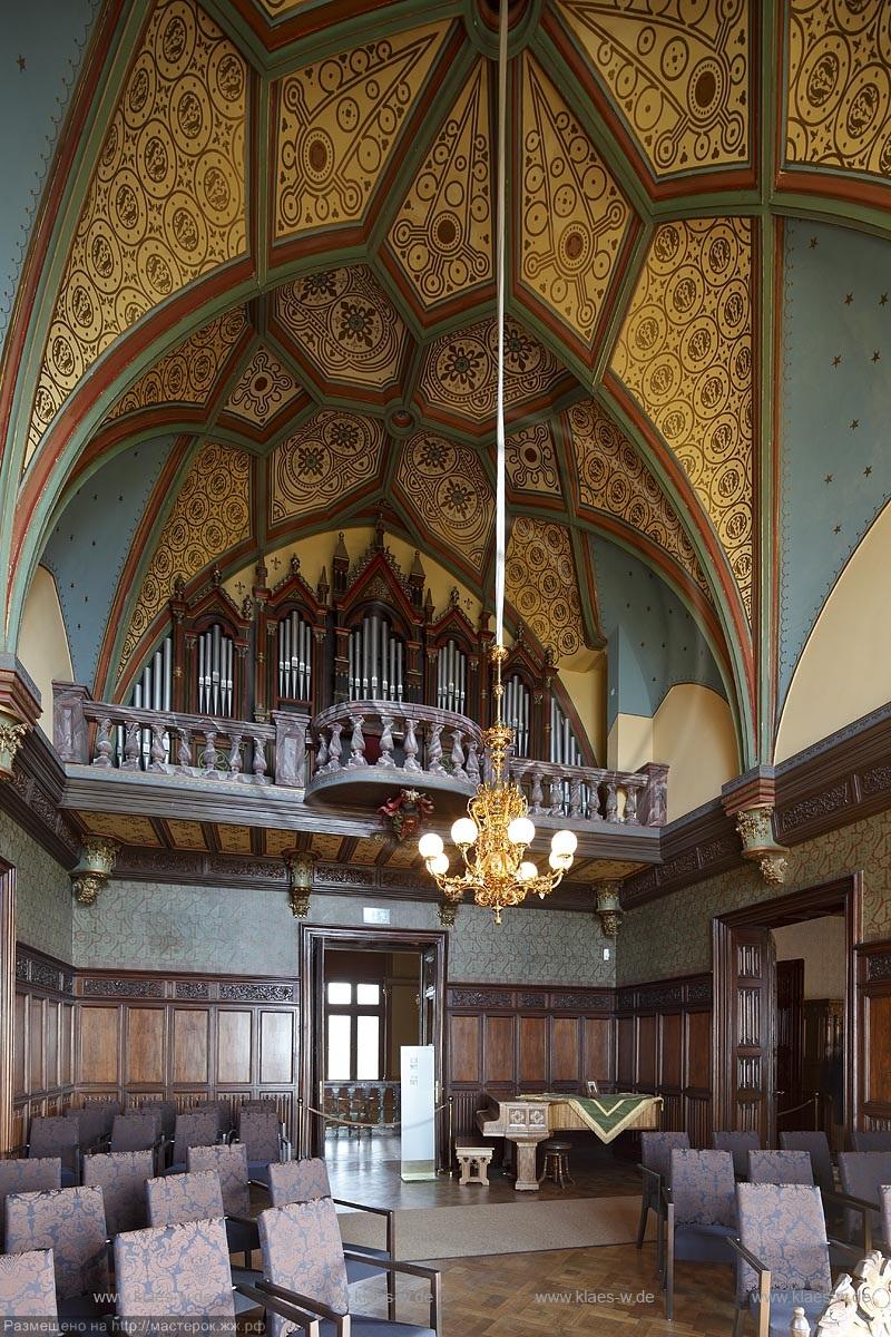 """Koenigswinter, Schloss Drachenburg,Innenansicht, der Musiksaal mit neogotischem Netzgewölbe und der aufwaendigen Wandvertaefelungen. Die neogotische """"Orgel"""" auf der neobarocken Balustrade an der Ostwand erinnert an den letzten, skurrilen Privatbesitzer Pa"""