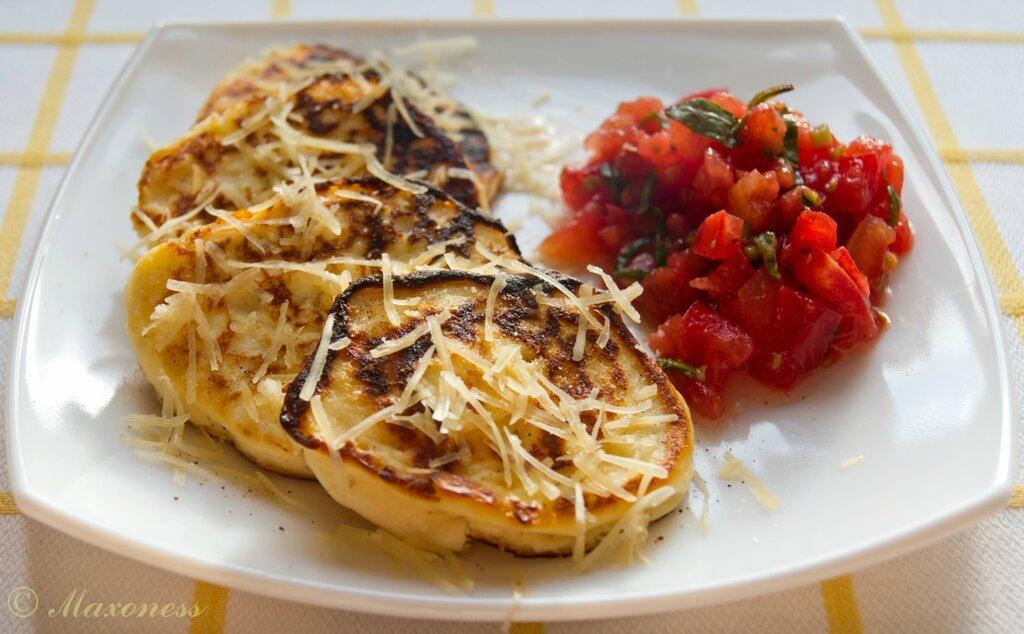 Пирожки из рикотты, обжаренные в масле, с салатом из помидоров. Итальянская кухня