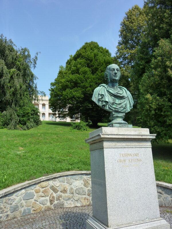 Памятник одному из основателей курорта и единственный пятизвездочный отель - на заднем плане