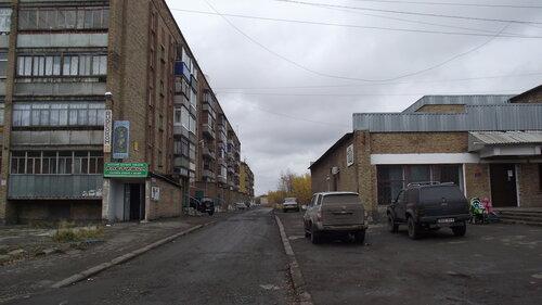 Фото города Инта №1635  Двор дома Мира 22, справа Мира 20а 18.09.2012_12:27