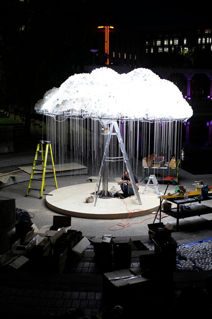 В белом облаке / инсталляция света авторства Caitlind r.c. Brown