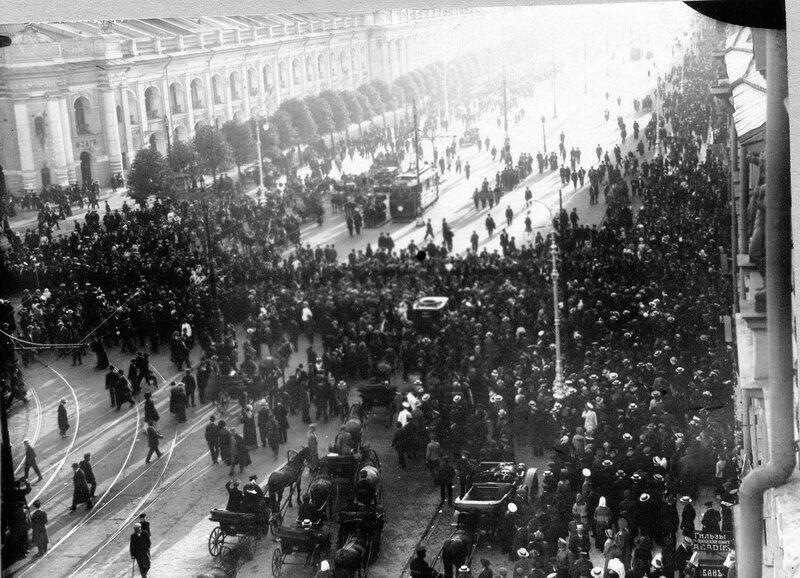 Скопление транспорта во время манифестации на углу Невского проспекта и Садовой улицы.