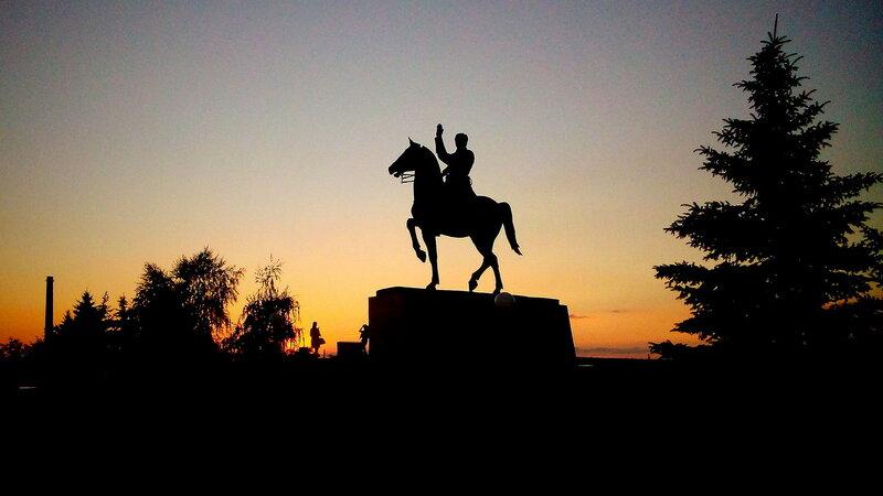 Памятник Ворошилову-девочки-закат.JPG