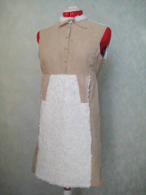 Оригинальное платье из искусственной замши с отделкой искусственным мехом сделано по мотивам Дикого Запада.