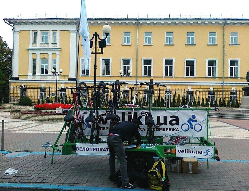 Прокат велосипедов под памятником Грушевскому