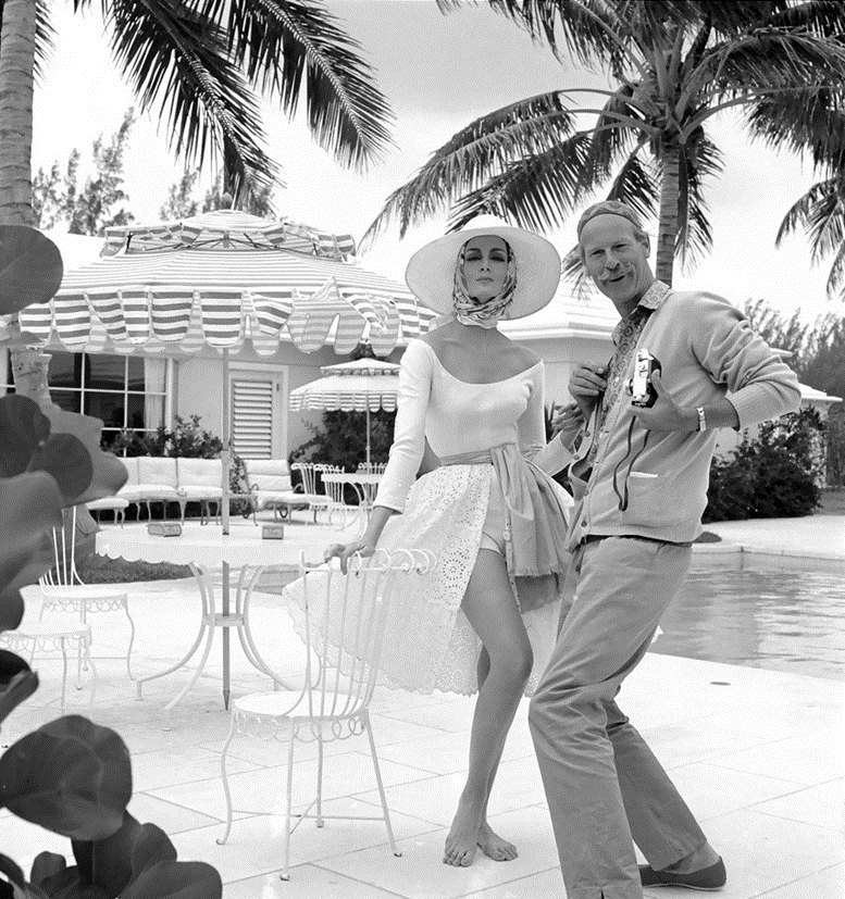 модель Кармен Делль'Орефайс с фотографом Норманом Паркинсоном