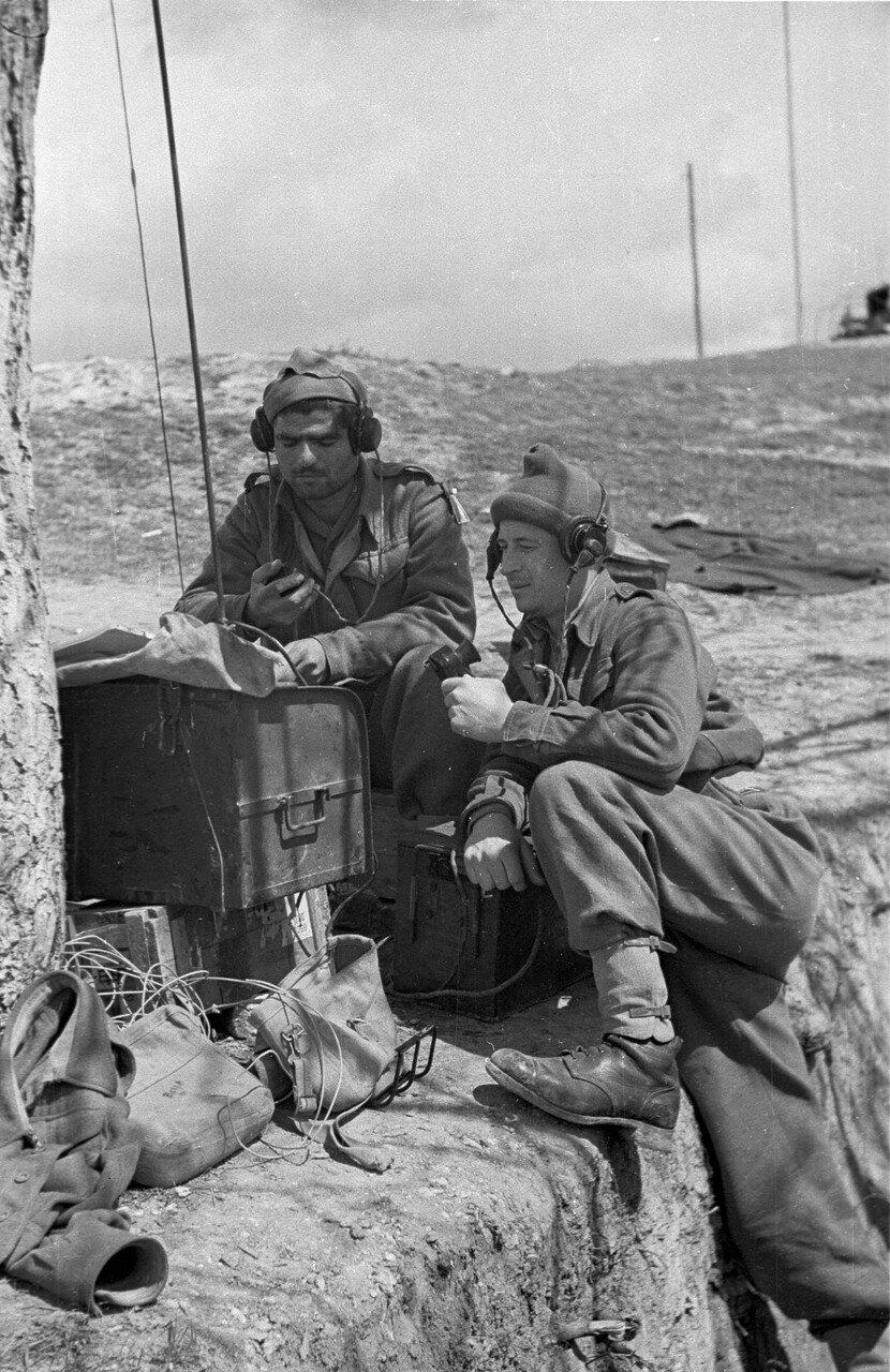 1948. Два греческих солдат пытаются по радио выйти на связь со своей частью. 22 мая
