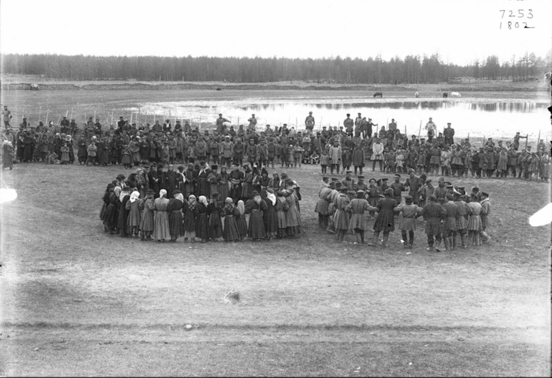 На якутском празднике окропления кумысом. 1902