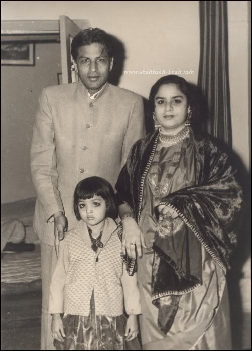 Отец Шарукха - Тадж Мохаммад и мать - Фатима с дочерью Шехназ (сестра ШРК)