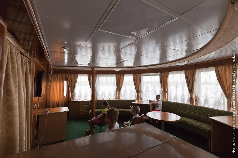 Читальный салон в носовой части средней палубы теплоход Иван Кулибин