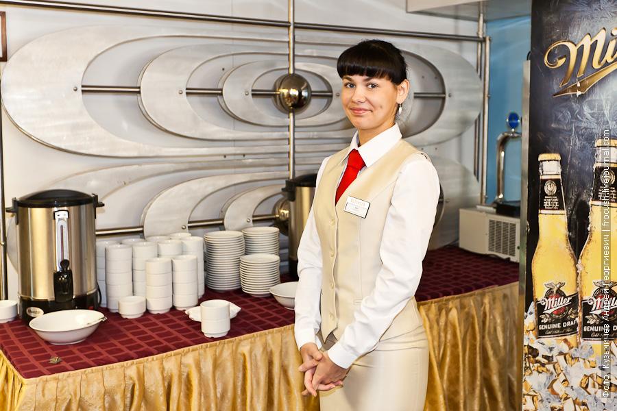 Официант Яна теплоход Феликс фото ресторана