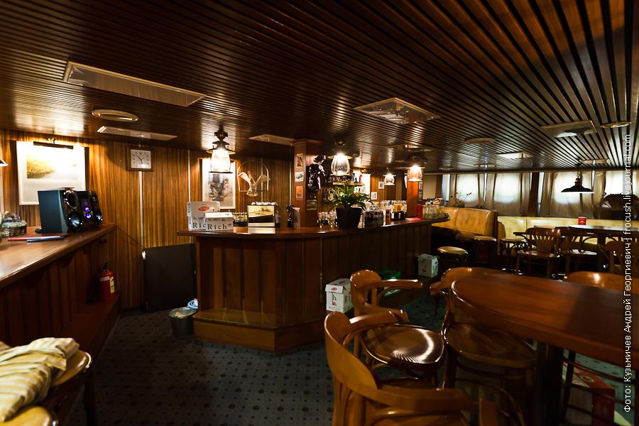 теплоход Александр Пушкин Пивной бар в носовой части главной палубы