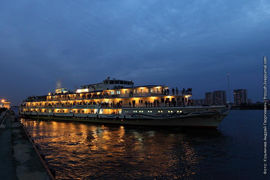 теплоход Александр Бенуа отправление из Москвы 28 сентября 2012 года вечернее фото