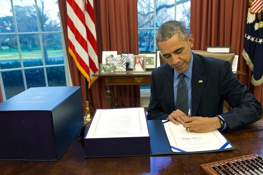 Обама подписывает бюджет.png