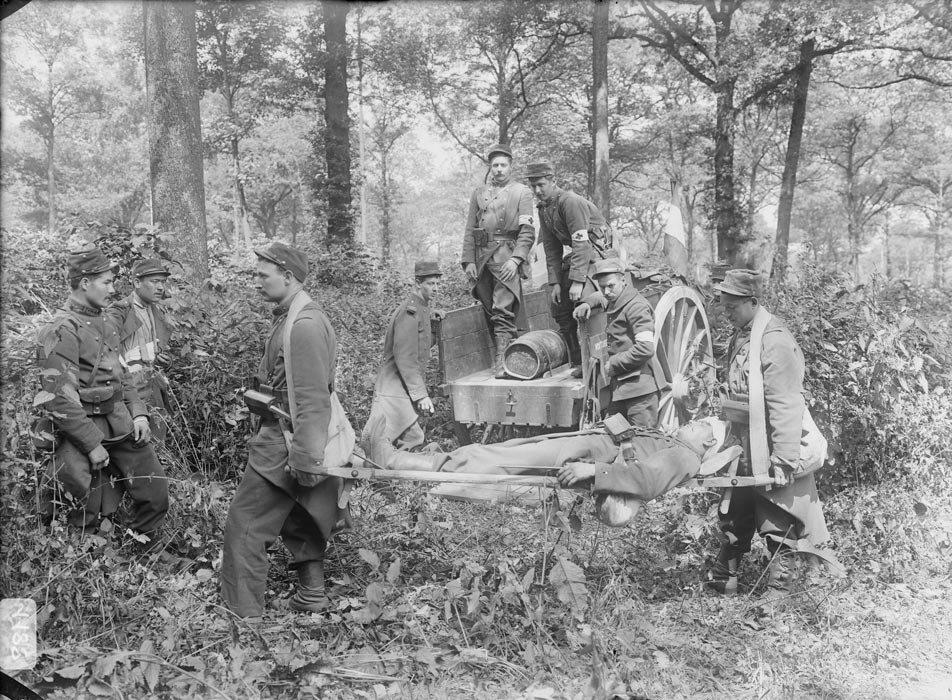 Les soldats du 103e regiment d'infanterie s'exercent au transport d'un blesse (feint) a l'aide d'un brancard.