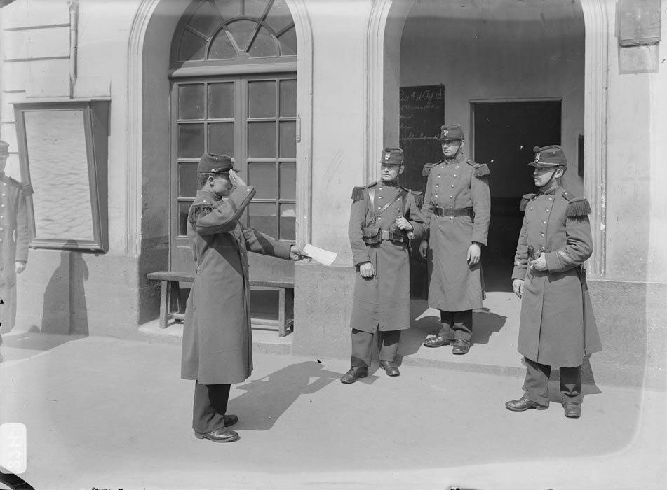 La sortie du permissionnaire au poste du regiment d'infanterie.