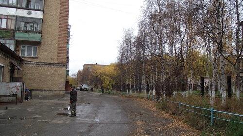 Фото города Инта №1772  Двор дома Горького 19 (слева), прямо виднеется Горького 15, справа за деревьями Горького 21а 18.09.2012_13:57