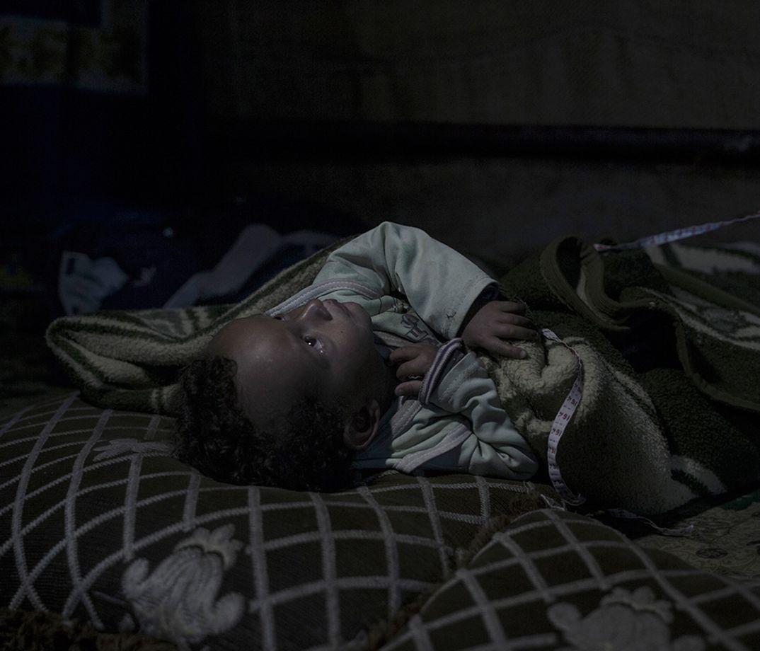9. Полуторагодовалый Амир родился уже беженцем. Мать считает, что он был травмирован еще у нее в жив