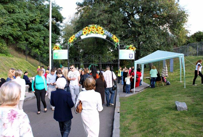 Вход на выставку хризантем